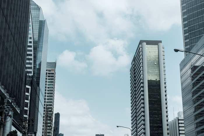 都心部の高速道路から見た周辺のビルの風景