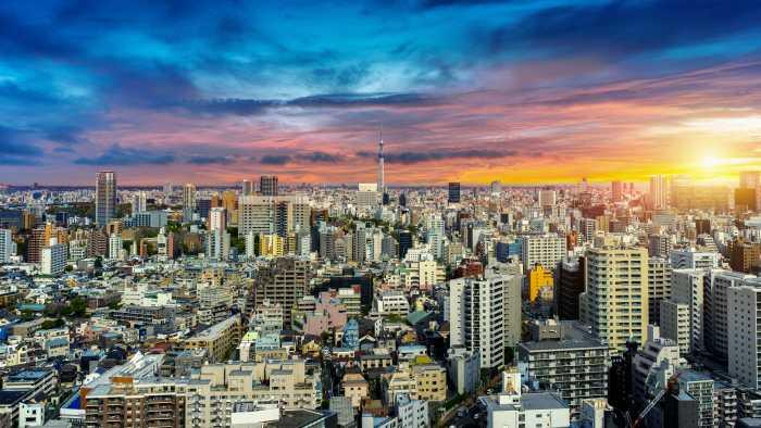 東京の街を夕日が照らしている