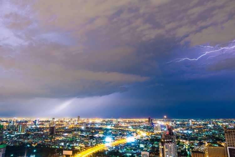 都心部の空で雷が光っている