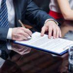 契約書にサインする求職者の男性